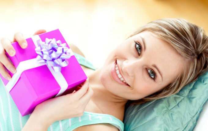 барышня с новогодним подарком в руке