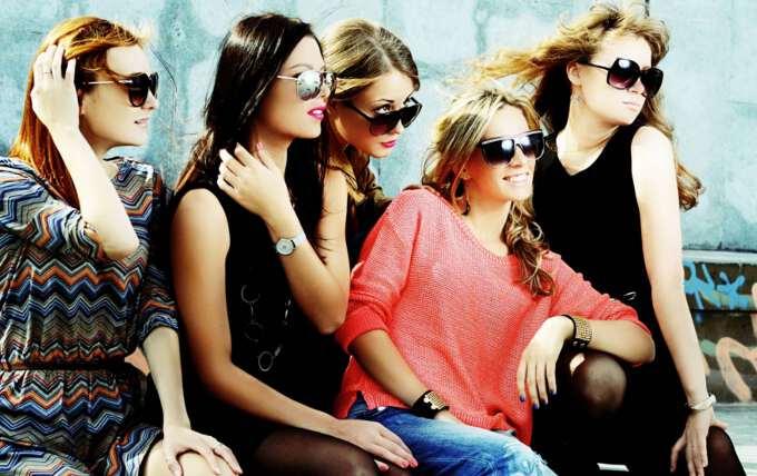 подруги обсуждают модные тренды