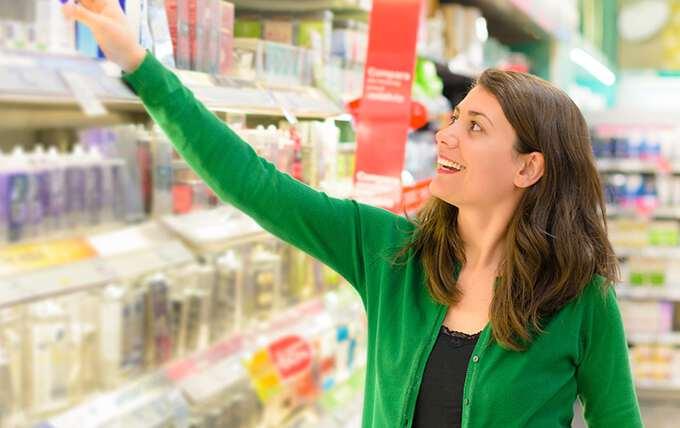 покупатель выбирает товары в магазине