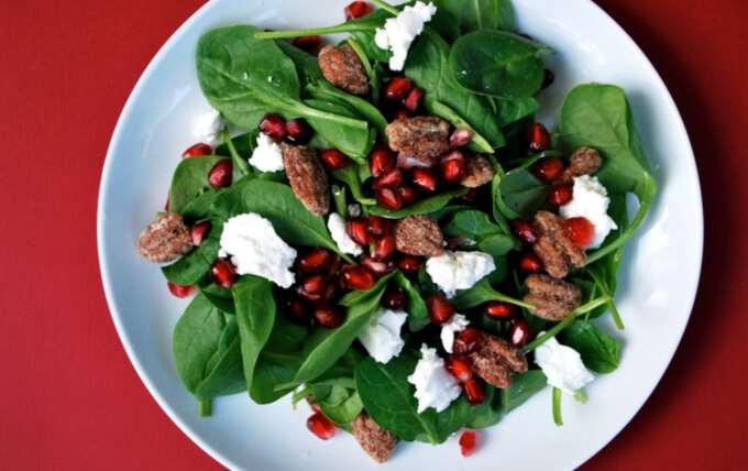 тарелка с новогодним салатом