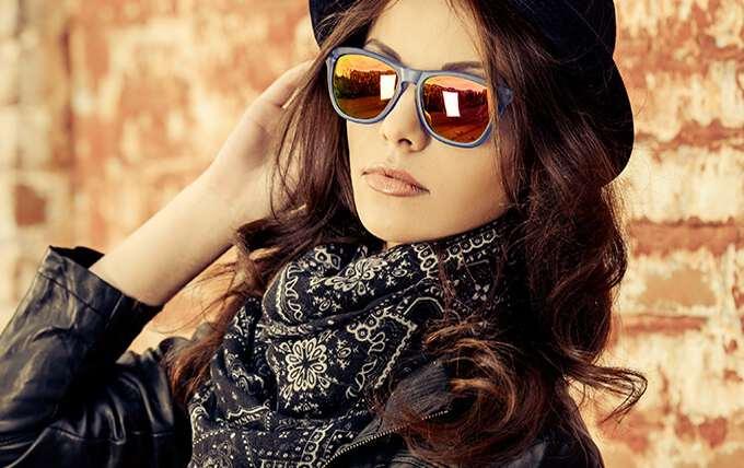 девушка в очках на улице