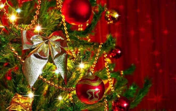 украшение елки шарами красного цвета