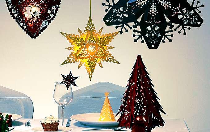 объемные снежинки из бумаги висят над столом