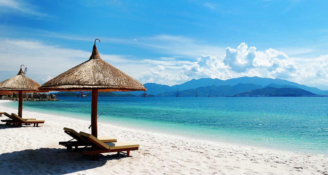 зонтики на пляже и белый песок