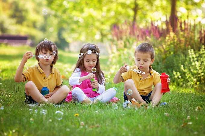 трое детей на лужайке