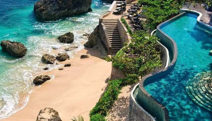 бассейн в отеле с выходом на пляж