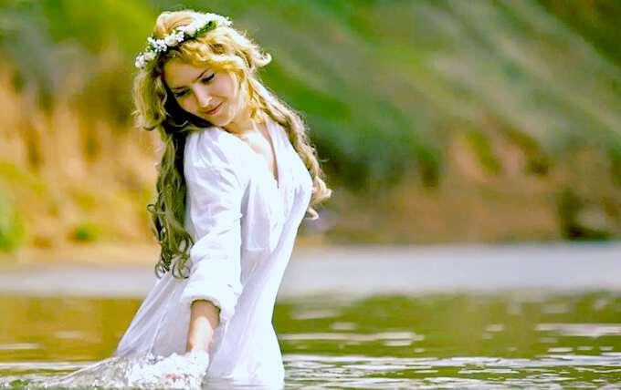 славянская красавица купается в пруду