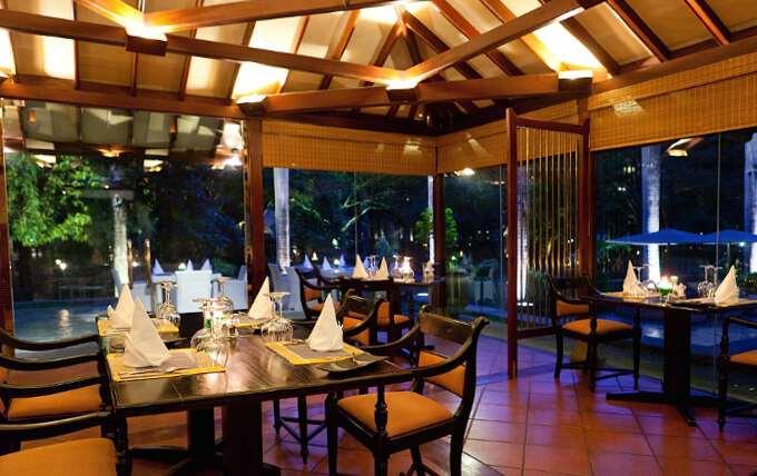 столики в ресторане Шри Ланки