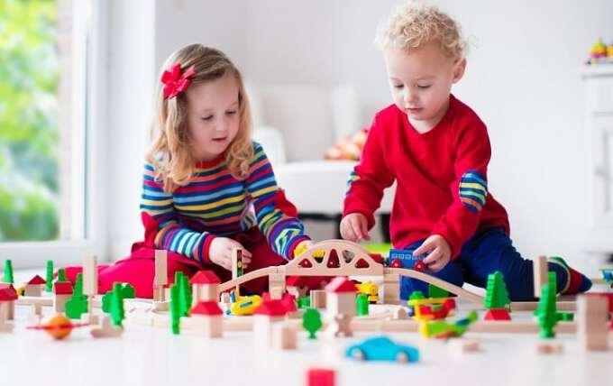 двое детей играют с конструктором