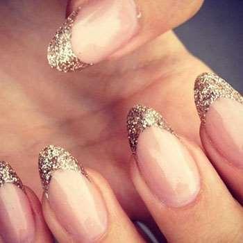 Золотистый декор ногтей
