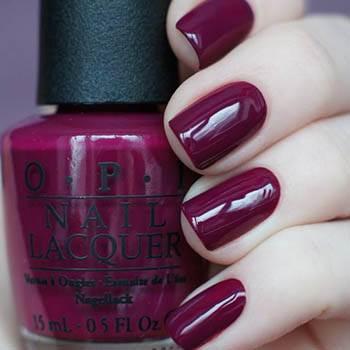 вишневый оттенок на коротких ногтях