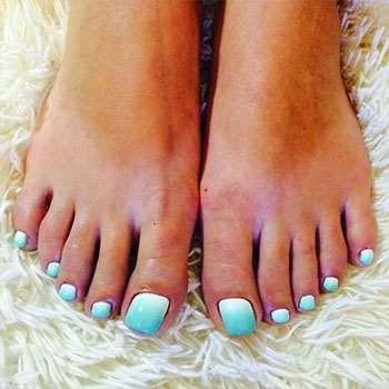 Бирюзово-белое омбре на ногах