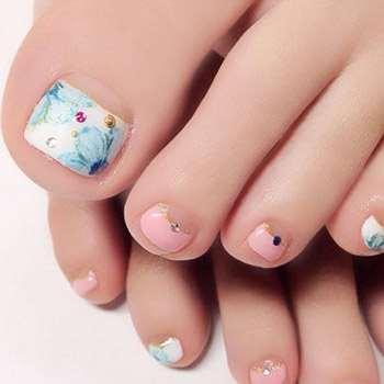 Нежные цветы на ногтях
