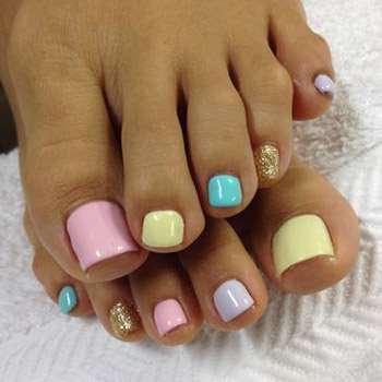 Модный педикюр разного цвета ногтей