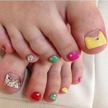 Абсолютно разные контрастные цвета на ногтях