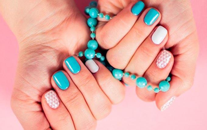 маникюр голубого цвета на коротких ногтях 2017 года