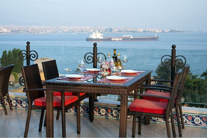столик ресторана возле моря